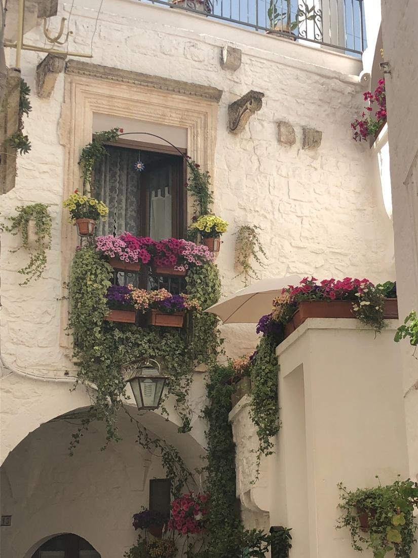 Balconi fioriti a Cisternino